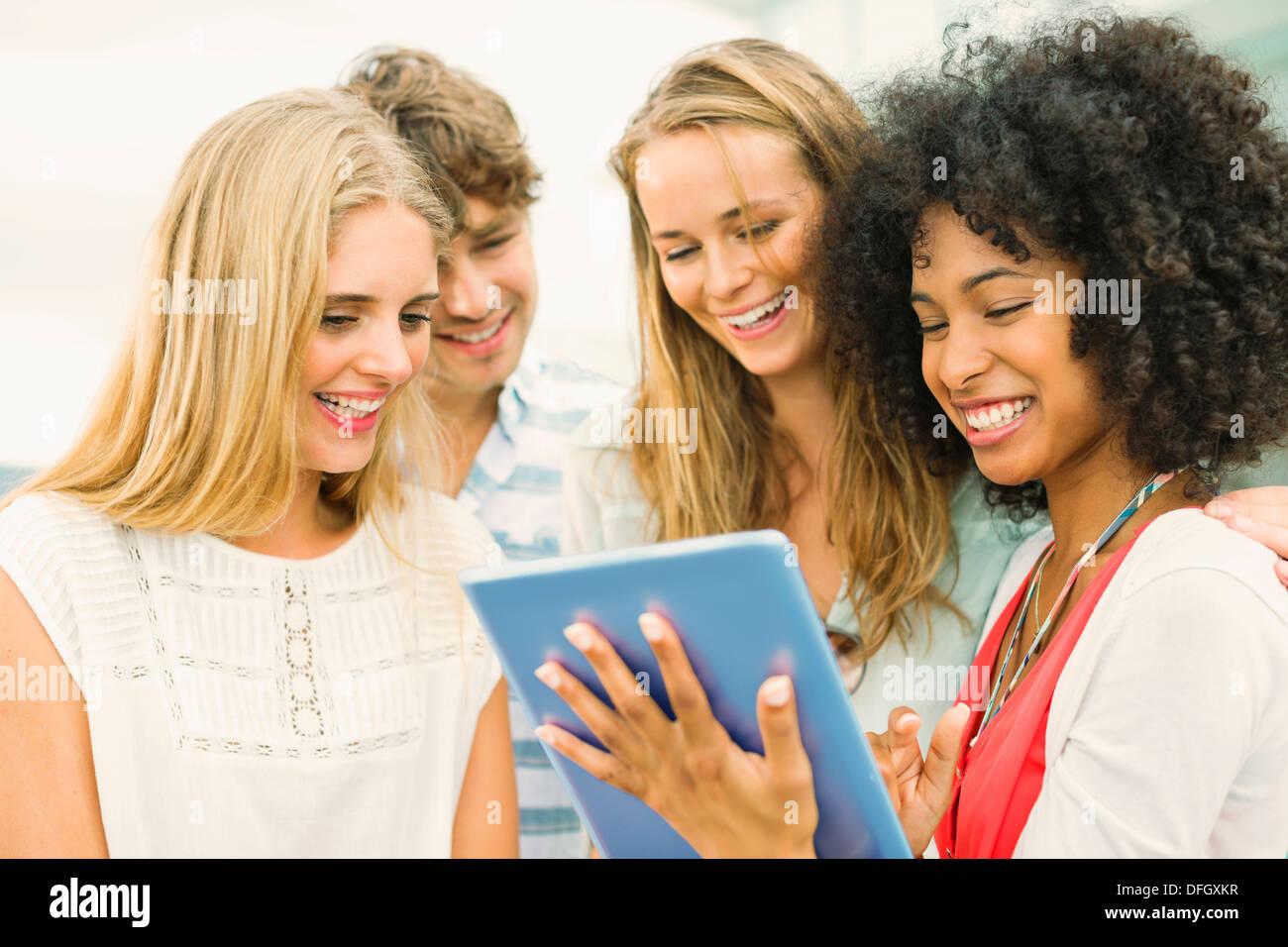 Amici utilizzando la tavoletta digitale Immagini Stock