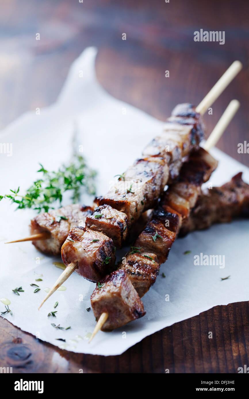Gli spiedini di carne con erbe aromatiche Immagini Stock