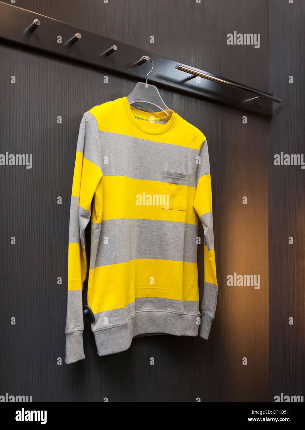 Chiusura del maglione, felpa in negozio al dettaglio cabina spogliatoio. Cambiare camera. Immagini Stock