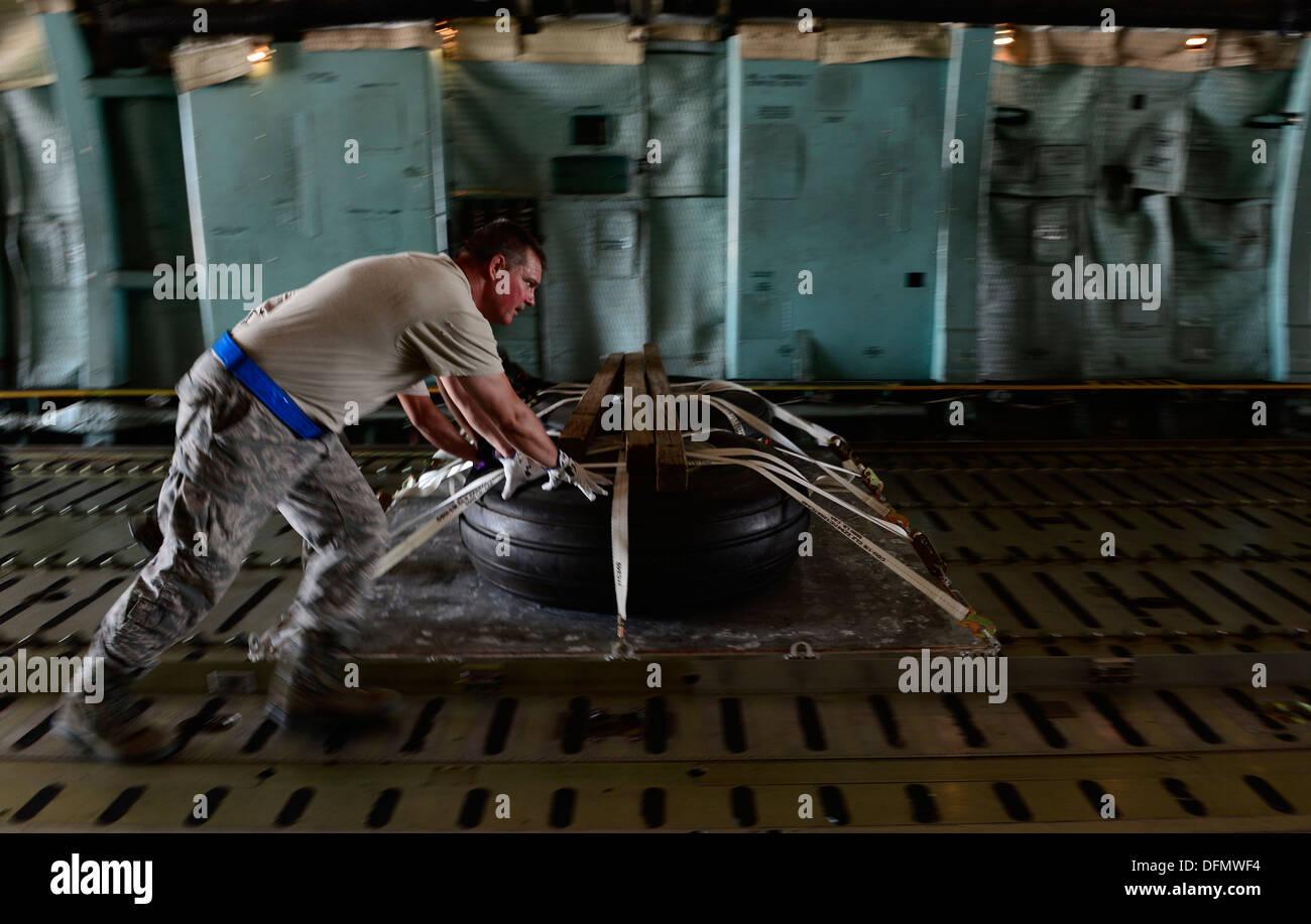 Tech. Sgt. David Miller, un 433rd Manutenzione aeromobili squadrone macchinista saldatore, aiuta a caricare un pallet contenente le ruote di aeromobili Immagini Stock