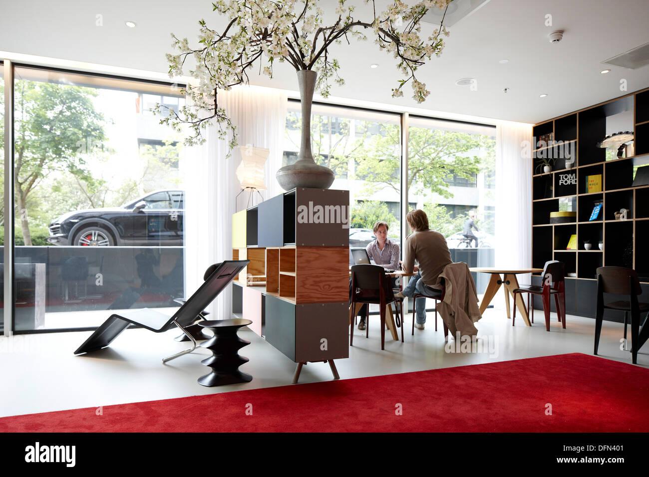 Gli ospiti nella lobby con arredamento designer, cittadino M Hotel, Amsterdam, Paesi Bassi Immagini Stock