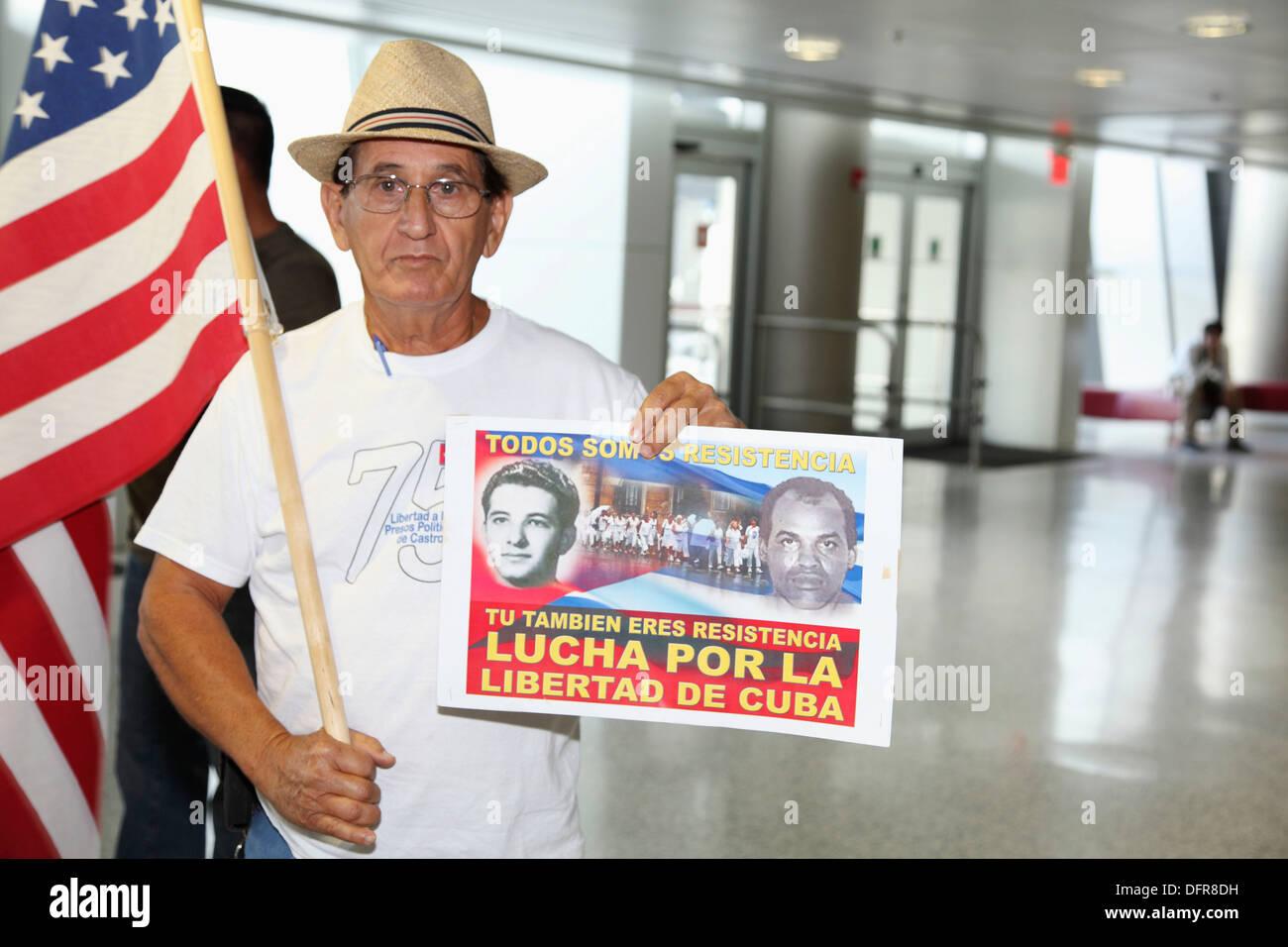 Arrivo del dissidente Ariel Sigler Amaya a Miami per il recupero fisico dopo aver speso molto tempo nelle carceri di Cuba, Immagini Stock