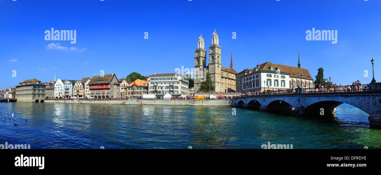 Svizzera, Zurigo, la cattedrale e il fiume Limmat. Immagini Stock