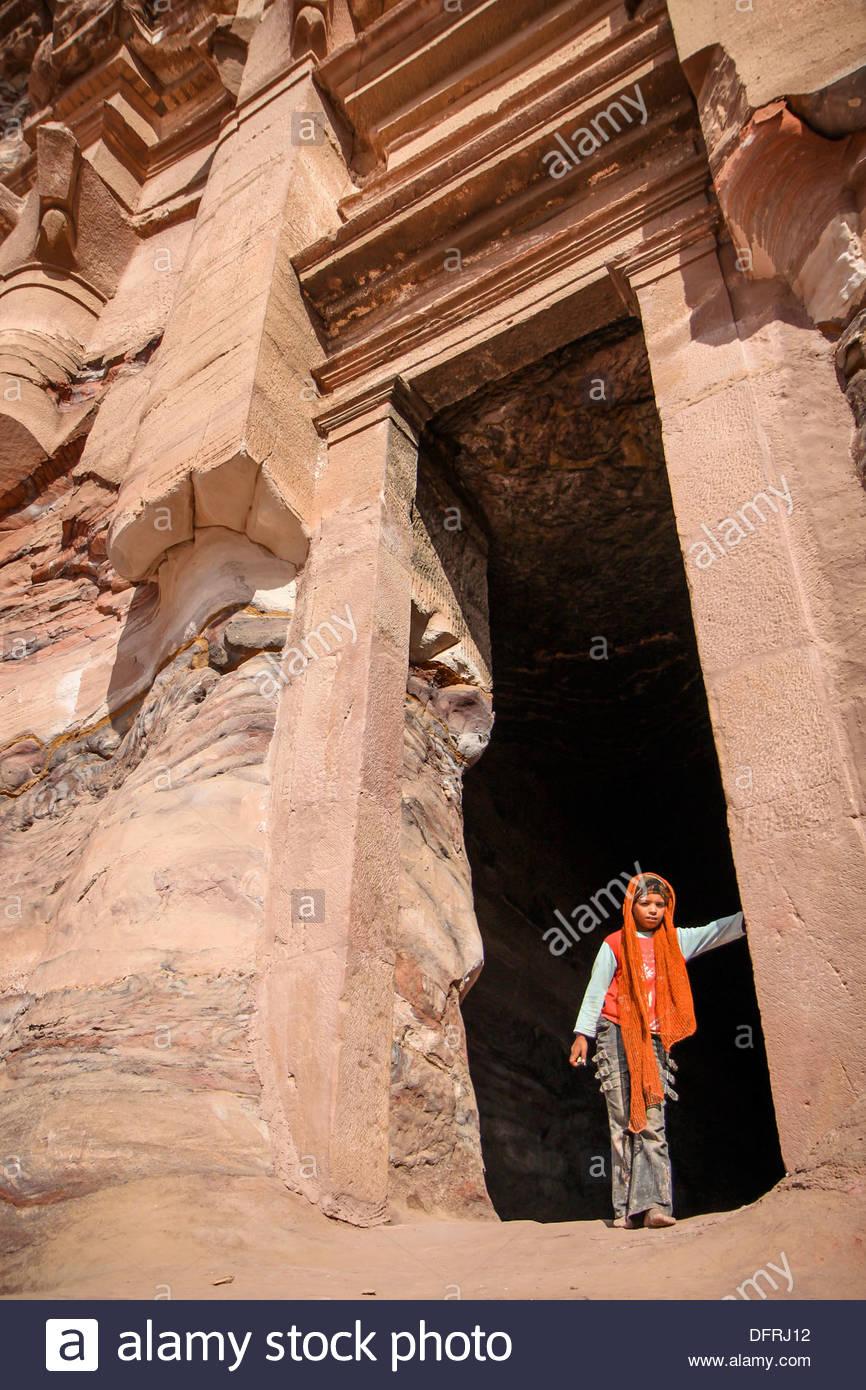 La Giordania Medio Oriente Petra ragazza tra la tomba del gate del Immagini Stock