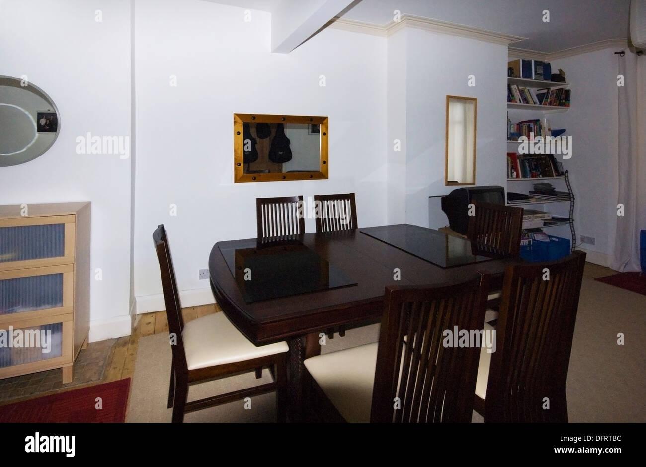 Il soggiorno e la camera familiare con specchi sul muro Foto ...