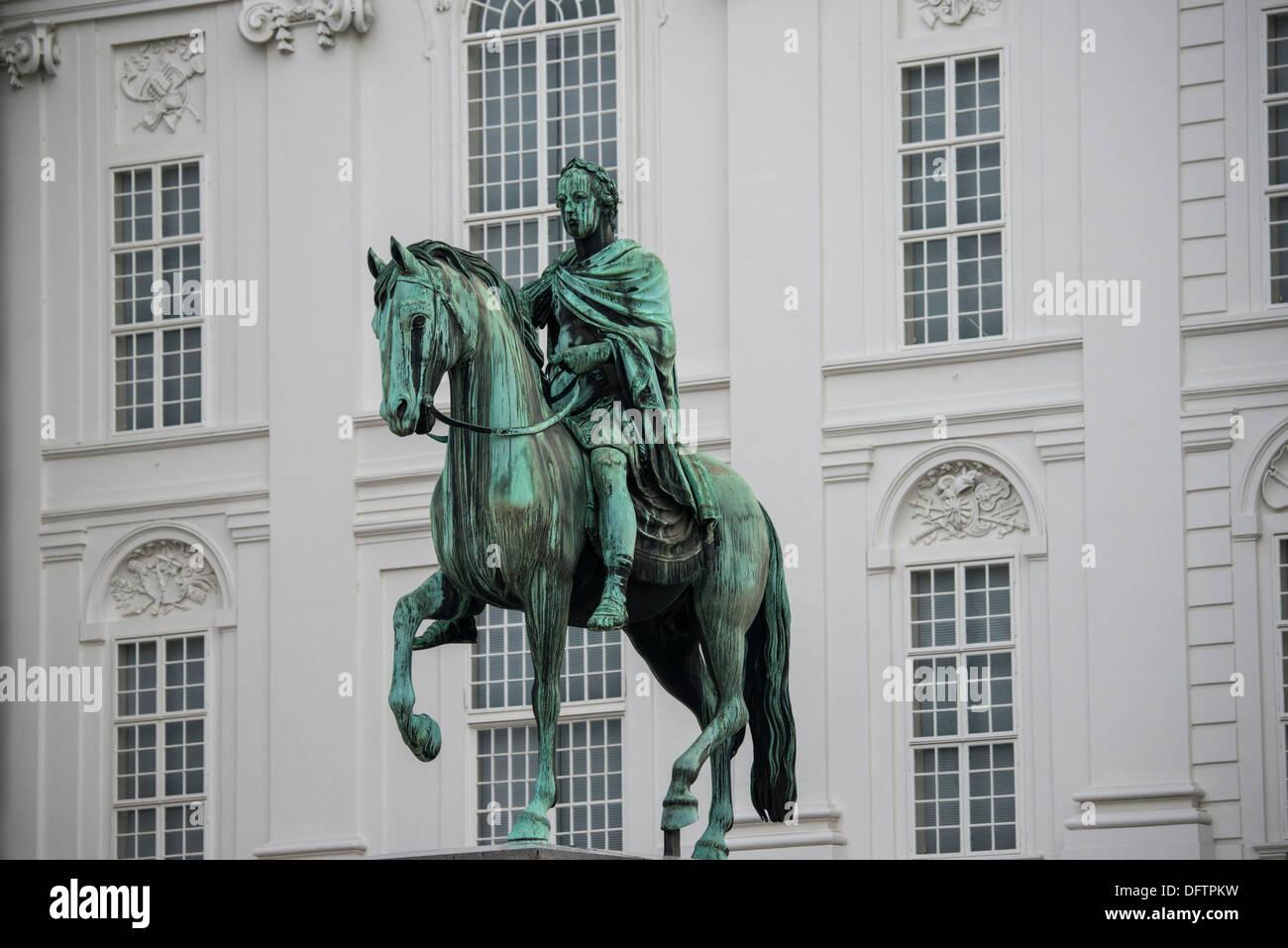 Statua equestre nel cortile della scuola di equitazione spagnola, Vienna, Vienna, Austria Immagini Stock