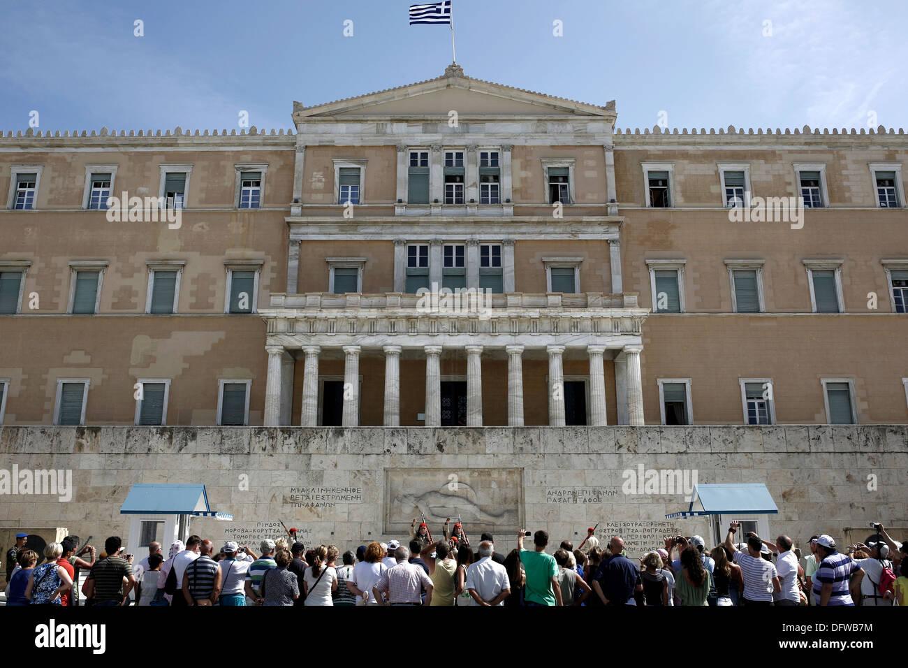 I turisti a guardare la cerimonia del cambio della guardia presso la tomba del milite ignoto di fronte al parlamento Foto Stock