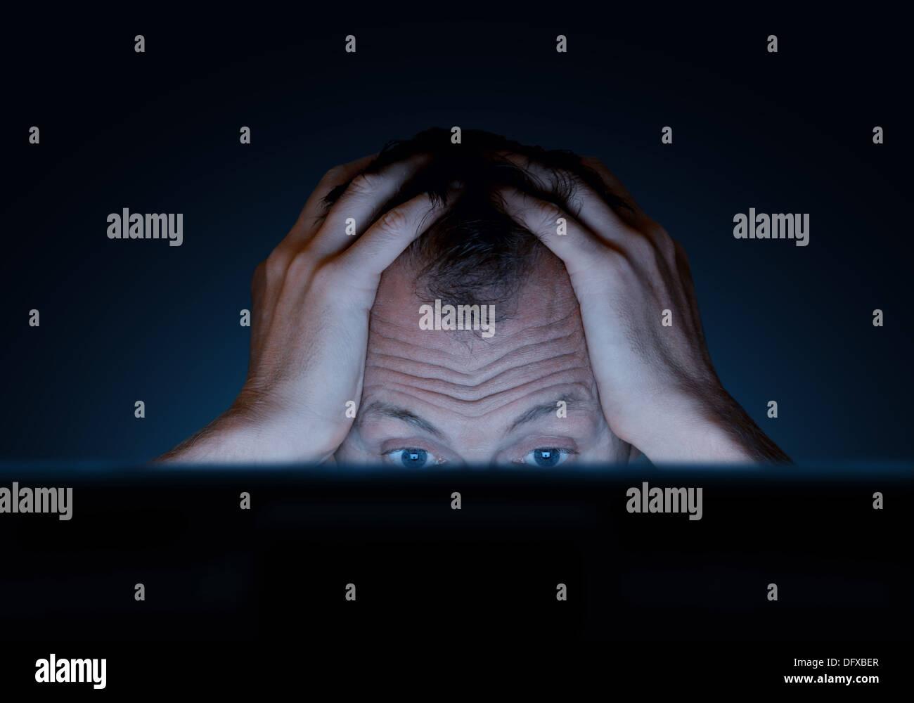Sfide del lavoro a un computer Immagini Stock