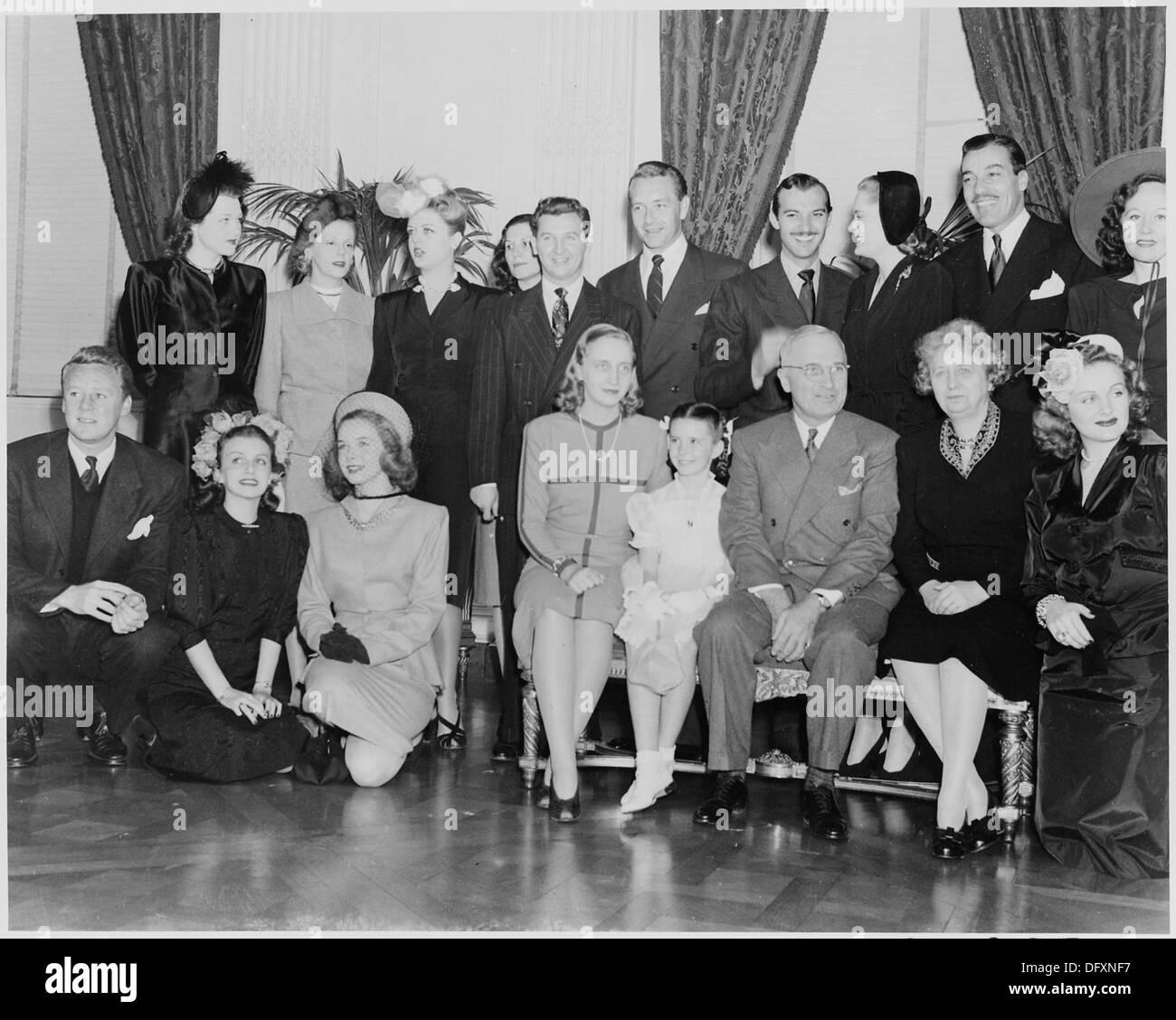 Fotografia di stelle del cinema in posa con il Presidente