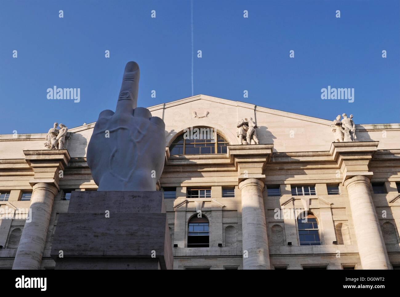""""""" Il dito medio"""" (un dito medio scultura) di Maurizio Cattelan e borsa Palazzo Mezzanotte, Piazza Affari, Milano, Immagini Stock"""