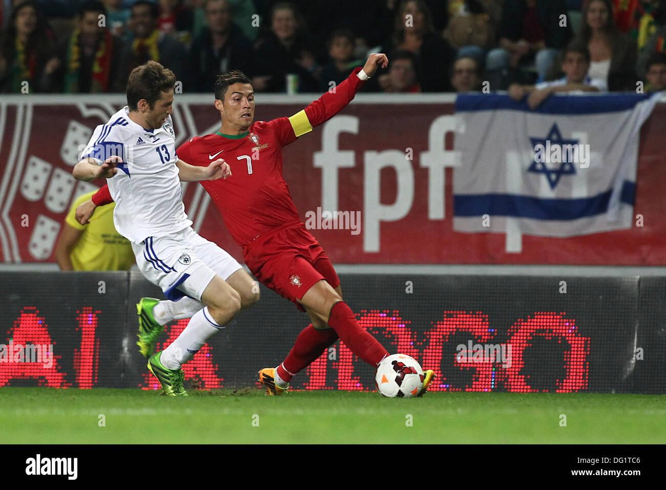 Lisbona, Portogallo. Undicesimo oct, 2013. Sheran Yeini, Israele  centrocampista (L) e Cristiano Ronaldo Portogallo in avanti (R) durante le  qualifiche partita di calcio per il Brasile 2014 FIFA World Cup, tra il
