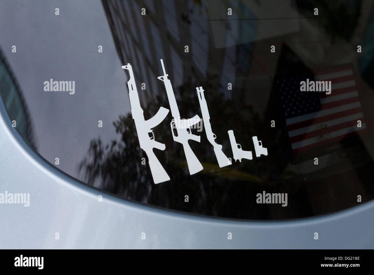 Famiglia di pistola stick figure sul parabrezza posteriore - USA Immagini Stock