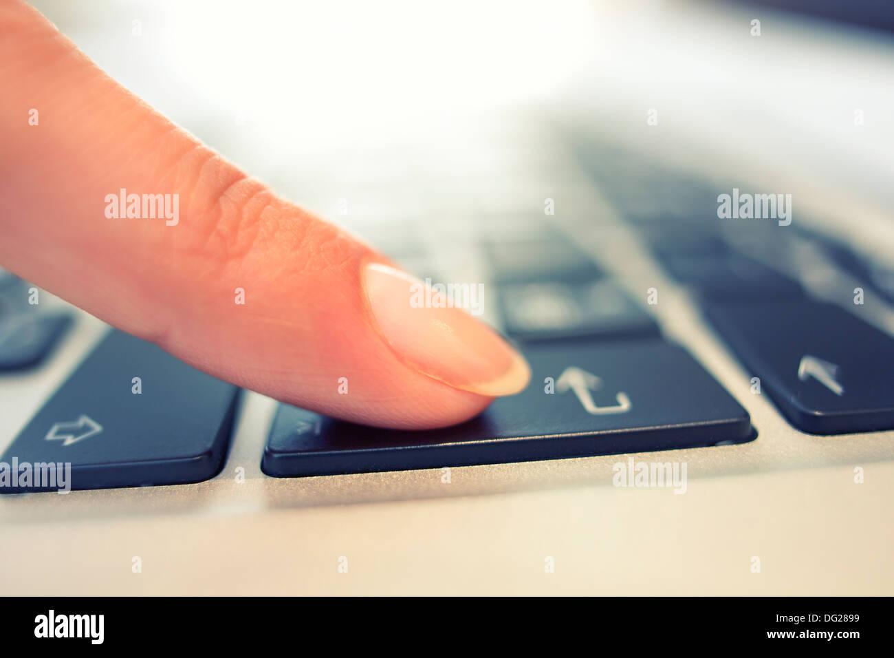 Donna dito laptop desk interni Immagini Stock