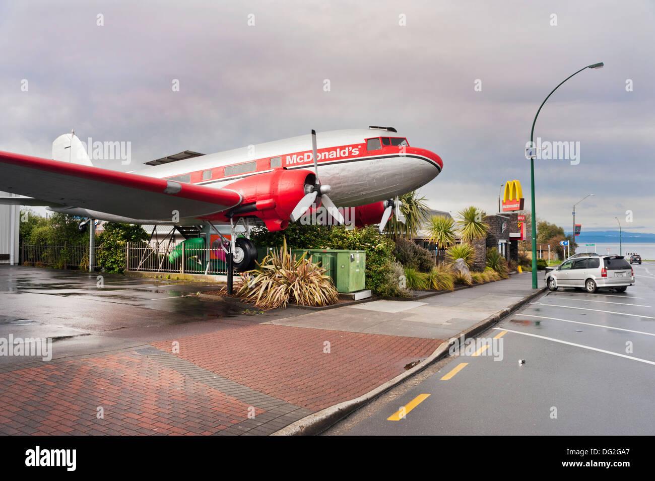 Taupo, Isola del nord, Nuova Zelanda. Ristorante McDonald's, Taupo con DC3 Dakota aeromobili. Ripetutamente votato cool McDonald in tutto il mondo. Immagini Stock