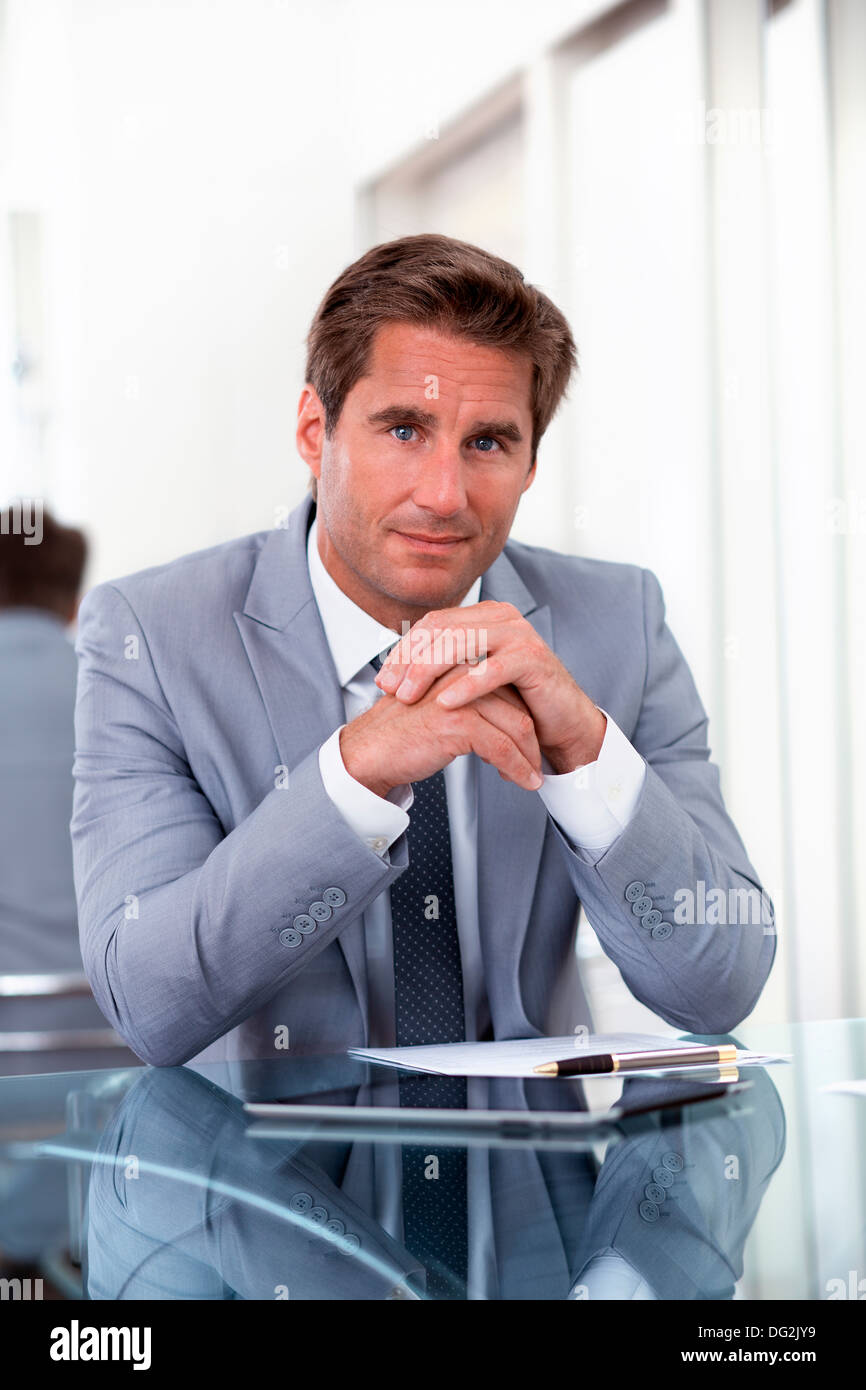 Uomo vincitore indoor office contract Immagini Stock