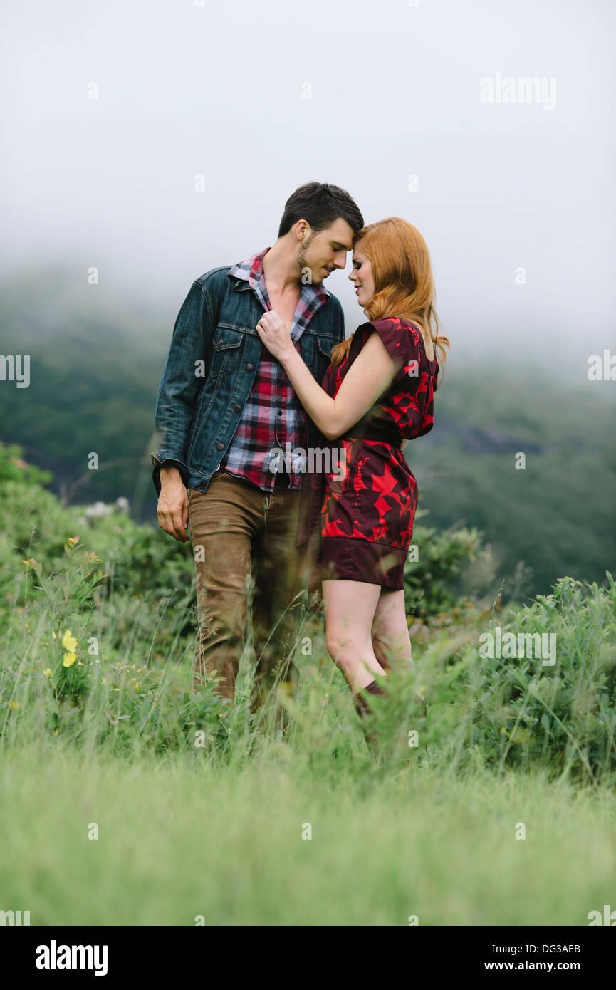 Coppia romantica in piedi nel campo di nebbia Immagini Stock