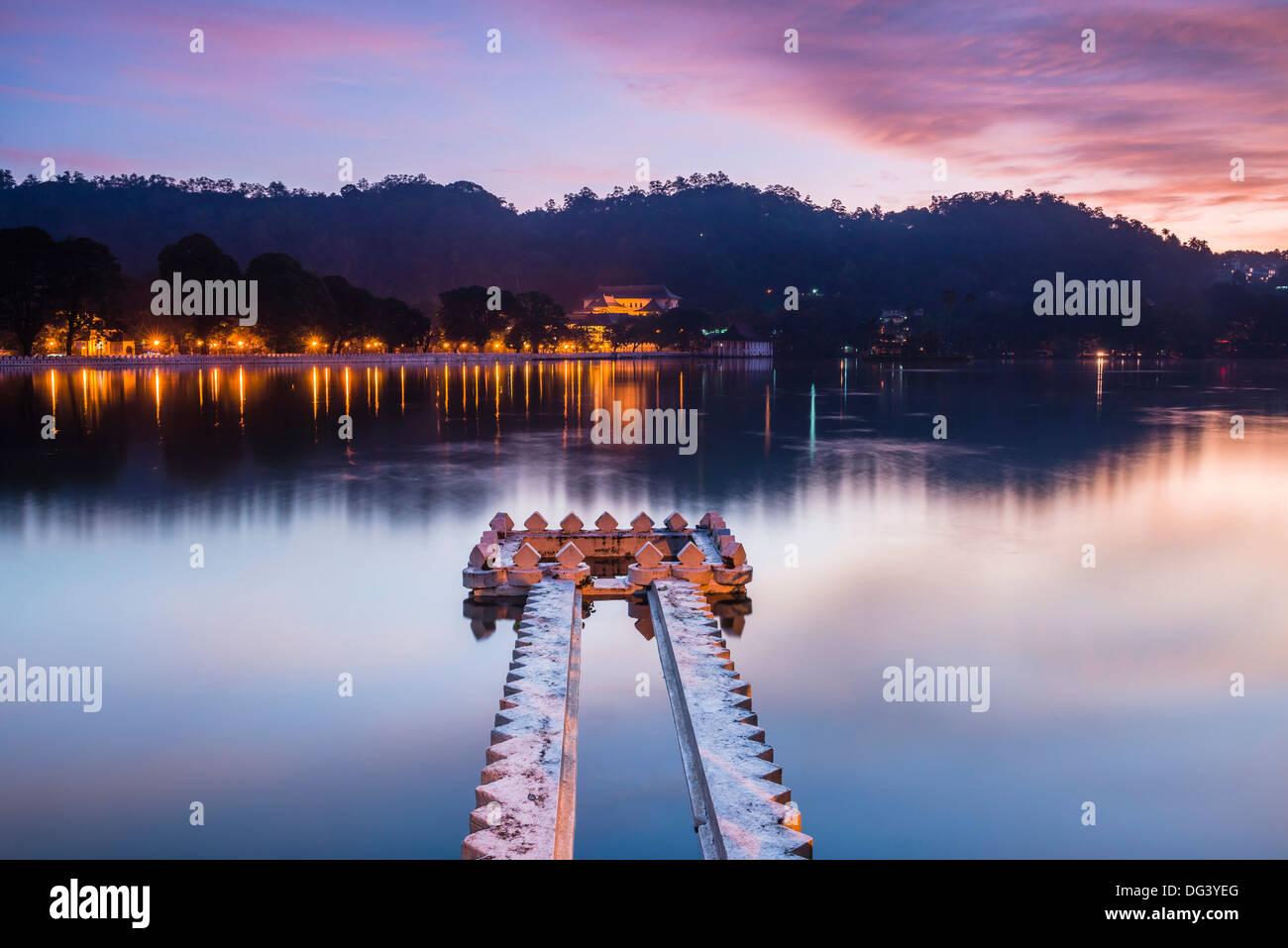 Lago Kandy presso sunrise, Kandy, provincia centrale, Sri Lanka, Asia Foto Stock