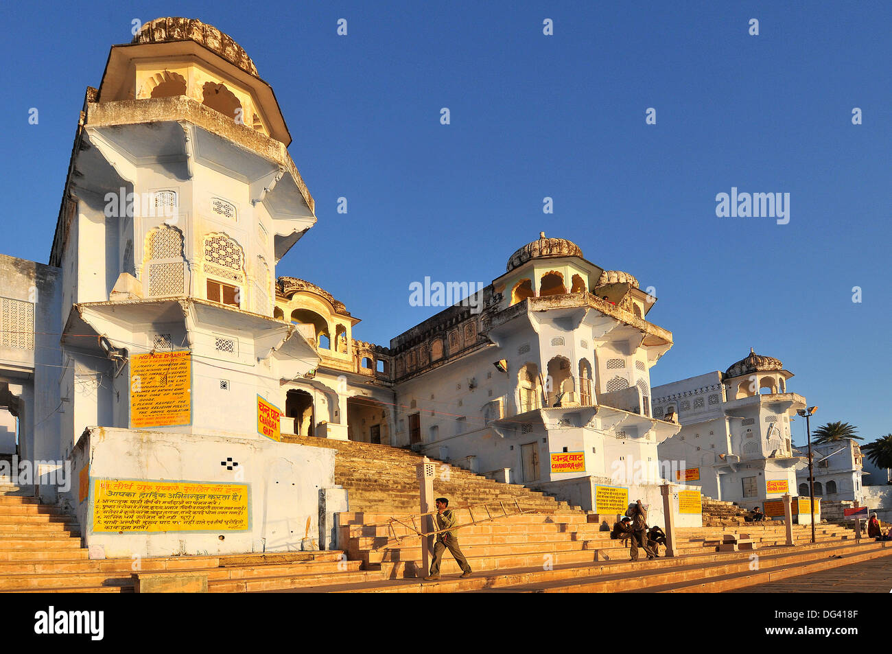 Ghats a Santo lago Pushkar e vecchi palazzi Rajput, Pushkar, Rajasthan, India, Asia Immagini Stock