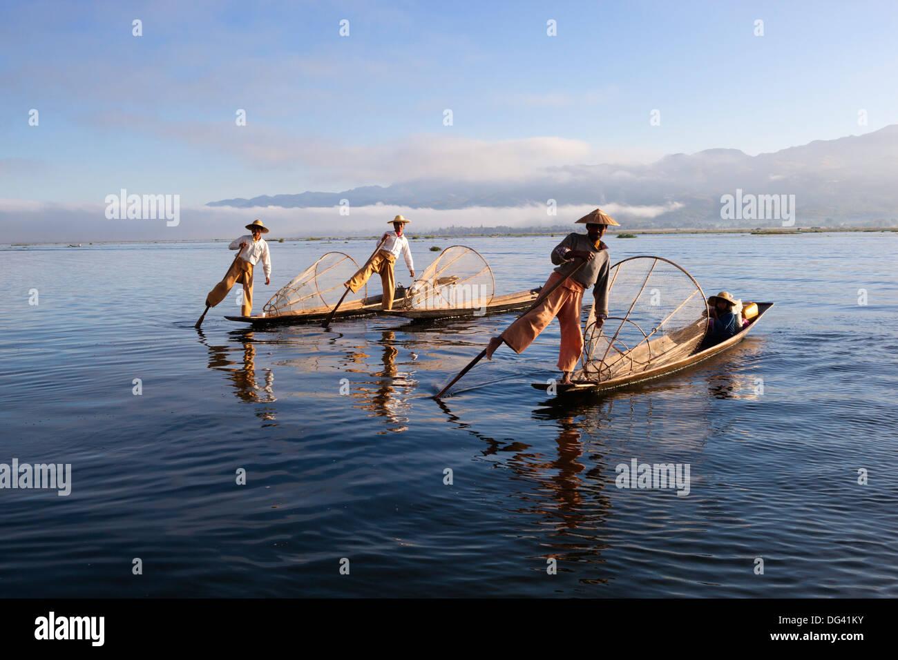 Gamba Intha-rower pescatori, Lago Inle, Stato Shan, Myanmar (Birmania), Asia Immagini Stock