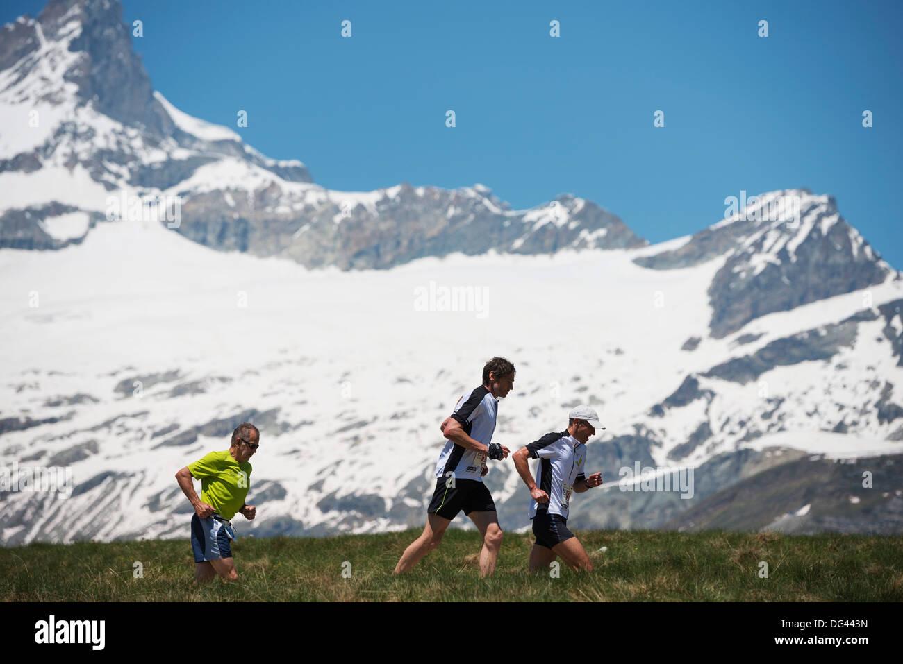I corridori nella maratona di Zermatt e il Cervino, Vallese, alpi svizzere, Svizzera, Europa Immagini Stock