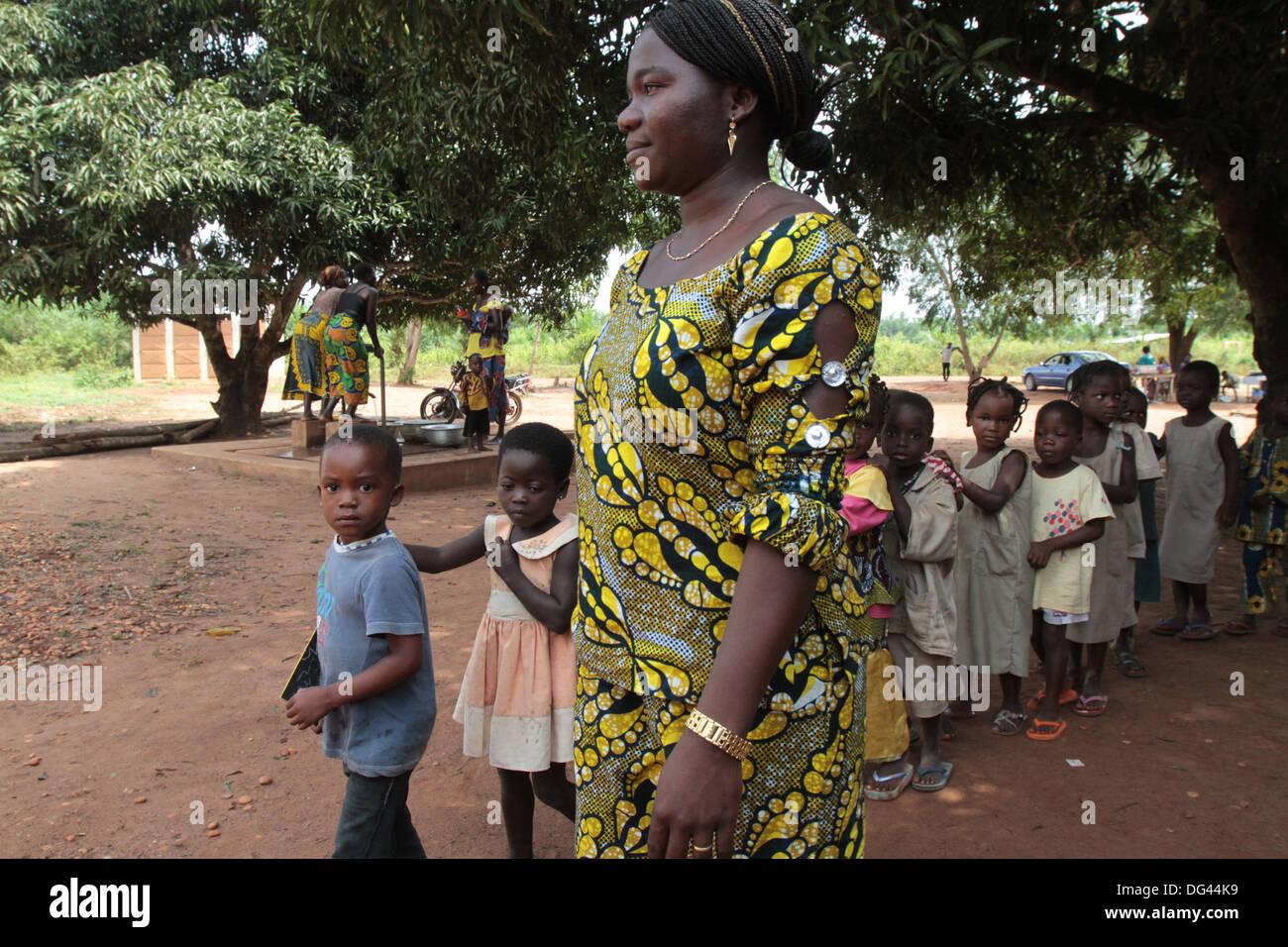 Insegnante che accompagna gli studenti a scuola, Hevie, Benin, Africa occidentale, Africa Immagini Stock