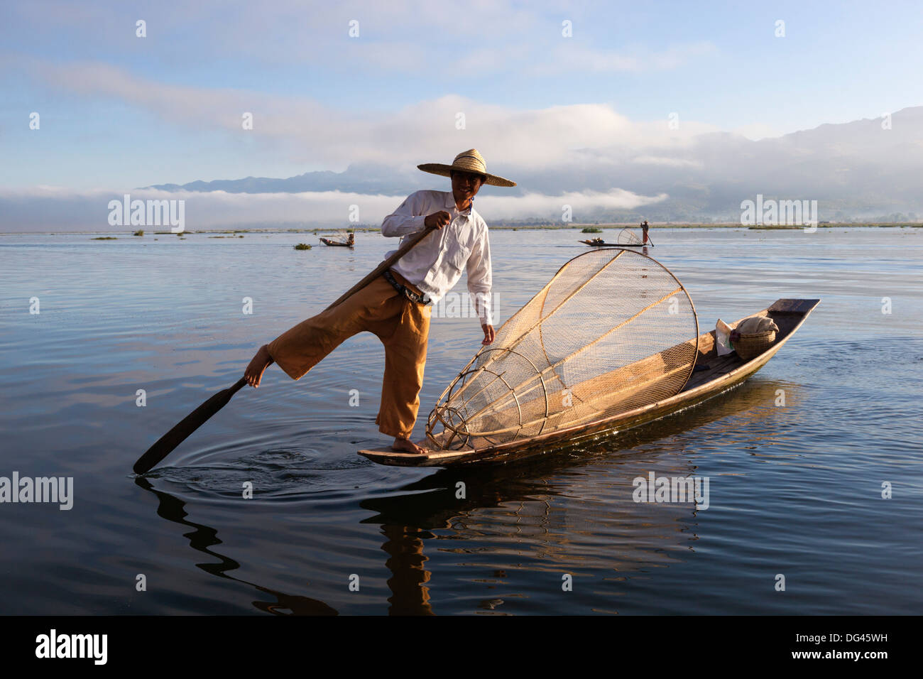 Gamba Intha-rower pescatore, Lago Inle, Stato Shan, Myanmar (Birmania), Asia Immagini Stock