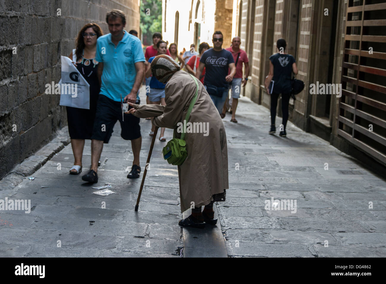 Senzatetto lady per l'accattonaggio denaro Foto Stock