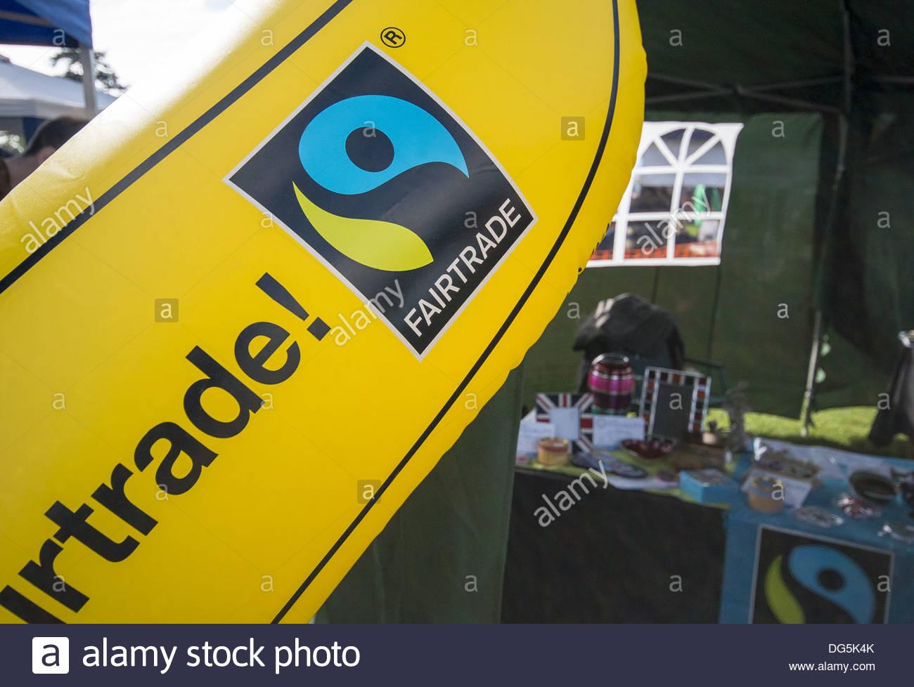 Il commercio equo e solidale in stallo con banana gonfiabile che mostra il commercio equo e solidale il logo Immagini Stock