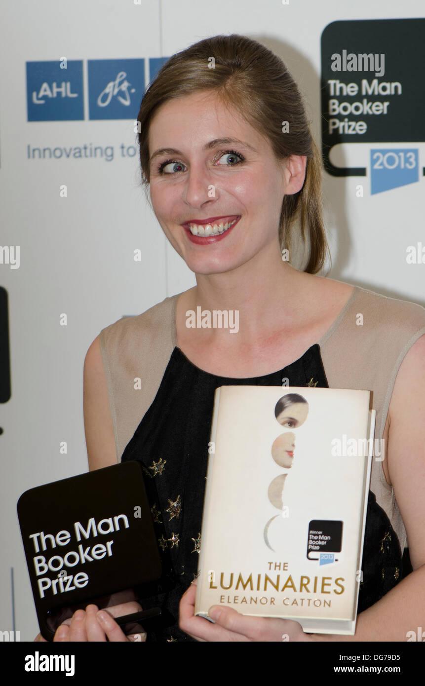 Guildhall di Londra, Regno Unito. 15 ott 2013. Eleanor Catton, vincitore del Man Booker Prize 2013 per i dispositivi di illuminazione. Eleanor Catton è di 28 anni e la più giovane dell'uomo Booker vincitori del premio. Il romanzo è impostato in Nuova Zelanda Goldfields del XIX secolo C Credito: Prixnews/Alamy Live News Immagini Stock