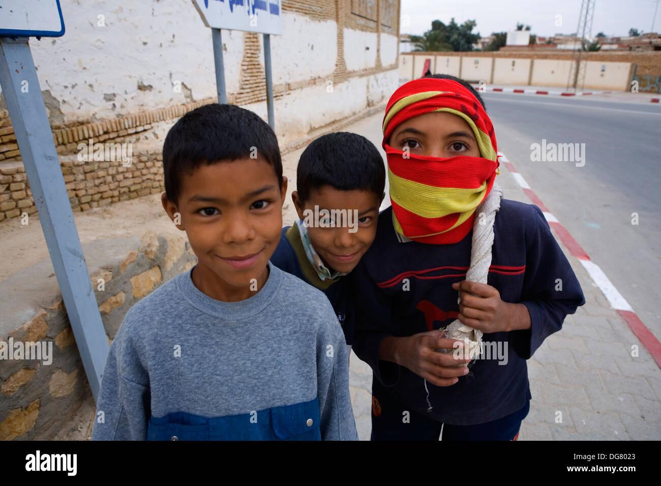 Tunisia.Nefta. I bambini in Avenue Habib Bourguiba Immagini Stock