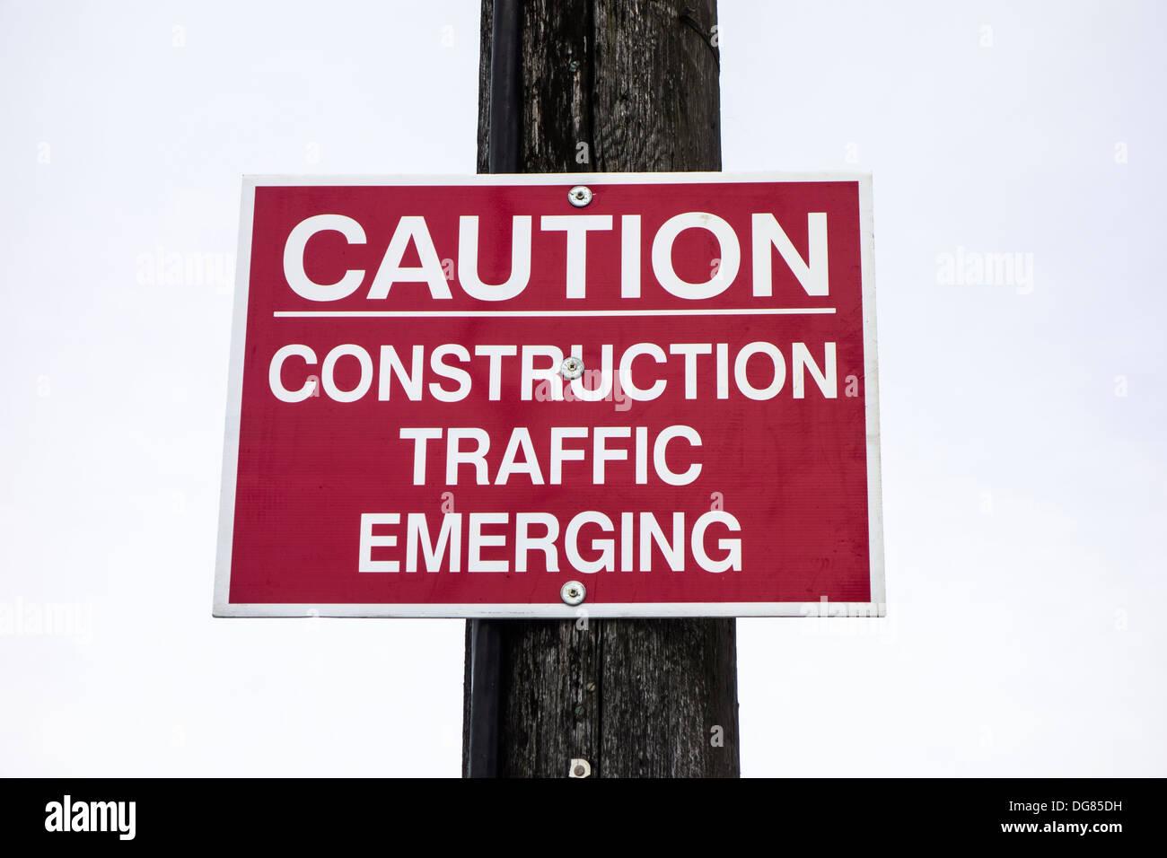 Un segno / avviso su un palo - Attenzione, Costruzione emergente del traffico Immagini Stock