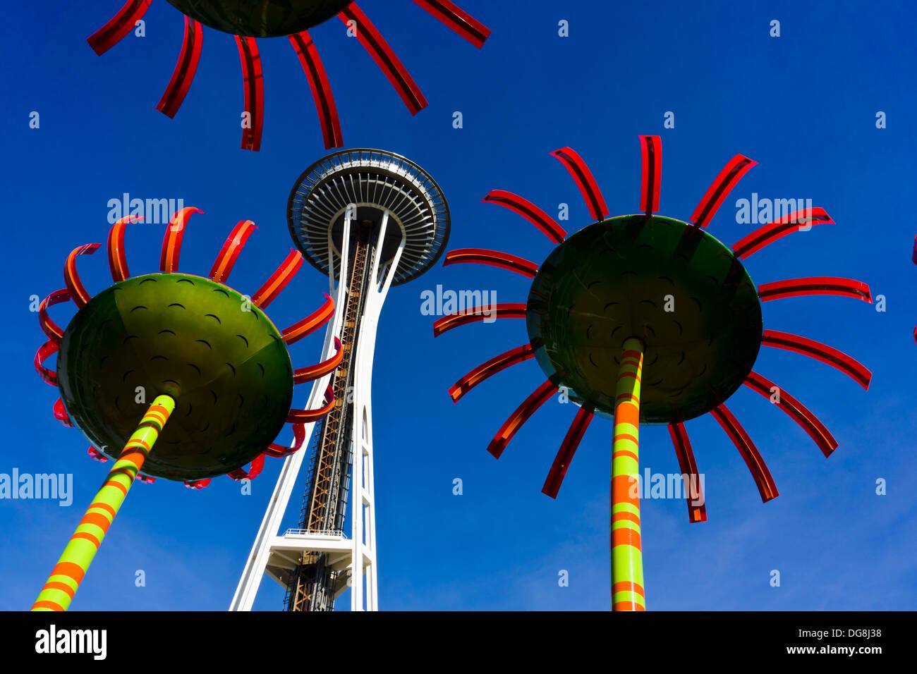 """""""Sonic Bloom' sculture di Dan Corson e lo Space Needle. Seattle, Washington, Stati Uniti d'America. Immagini Stock"""