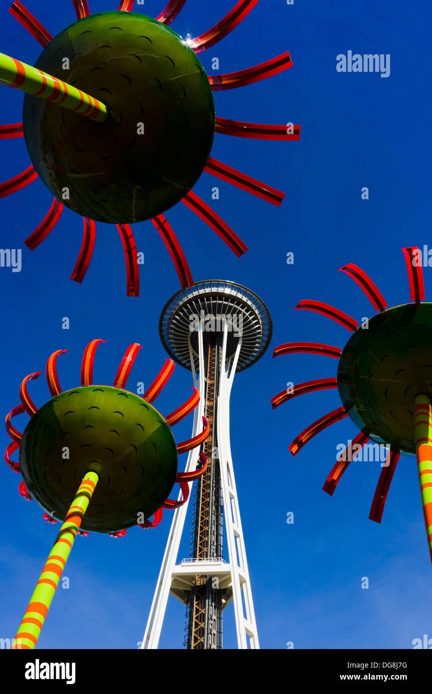 """""""Sonic Bloom' sculture di Dan Corson e lo Space Needle. Seattle, Washington, Stati Uniti d'America. Foto Stock"""