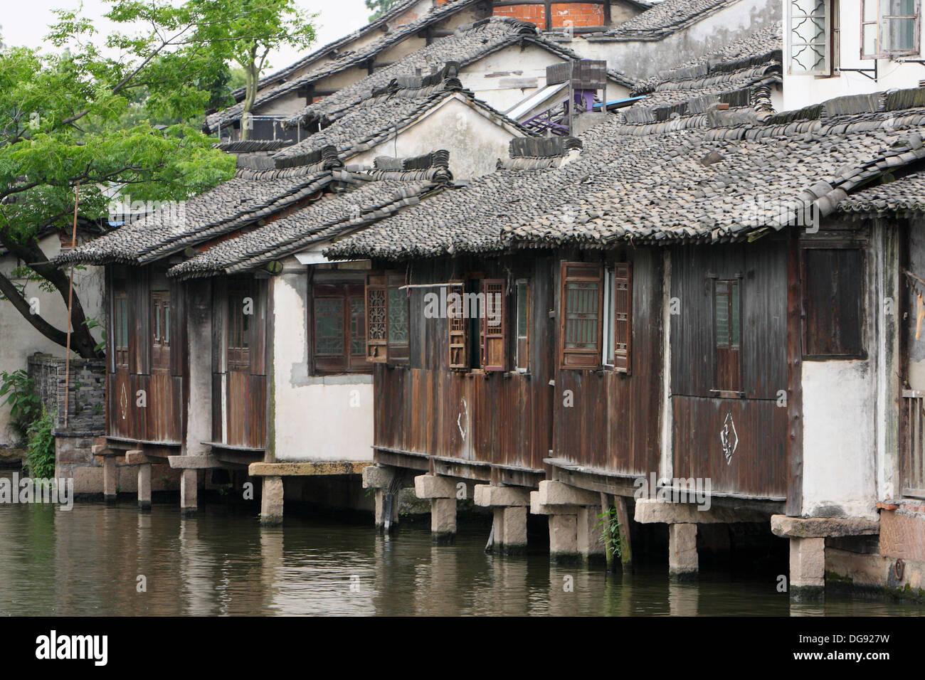 Case Tradizionali Cinesi : Cinese tradizionale case popolari lungo un fiume nella città di wu
