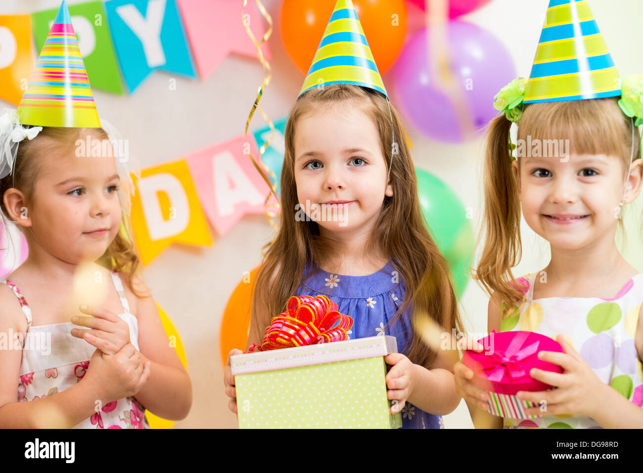 Piuttosto i bambini con doni sulla festa di compleanno Foto Stock