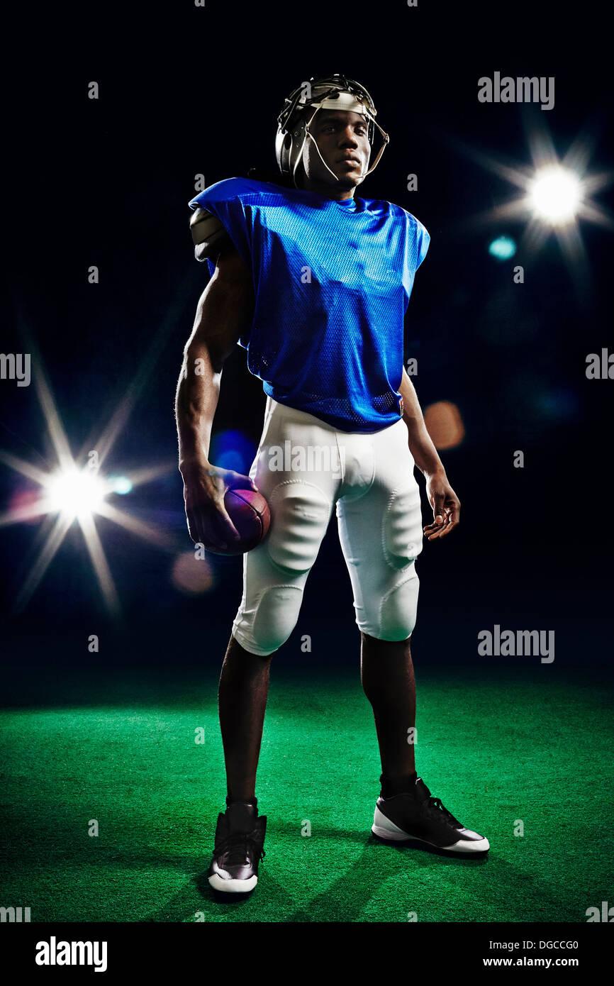 A piena lunghezza ritratto del giocatore di football americano Immagini Stock