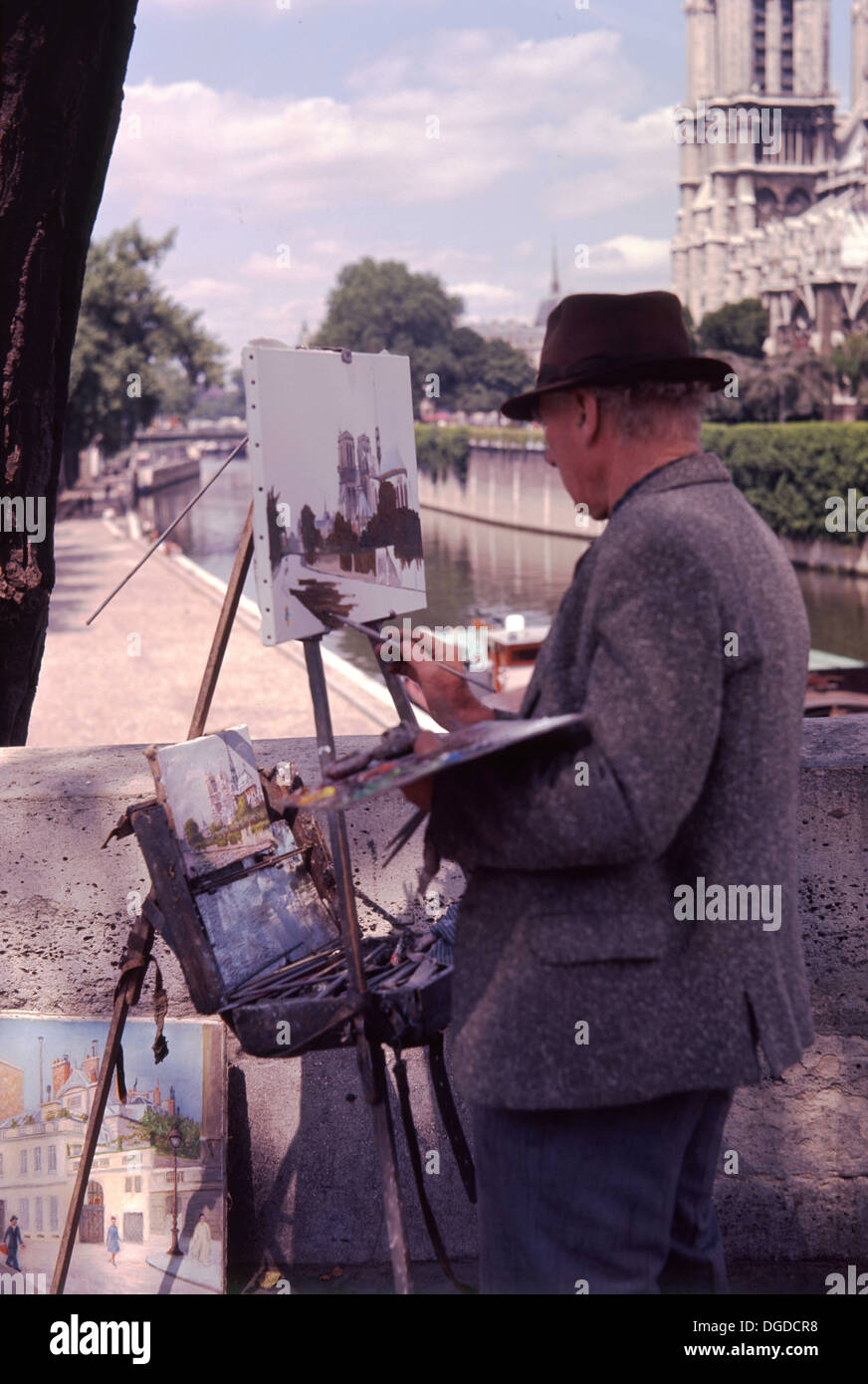 Anni sessanta, foto di un francese di artista di strada, con cavalletto e vernici, producendo un dipinto ad olio su tela, Parigi, Francia. Immagini Stock