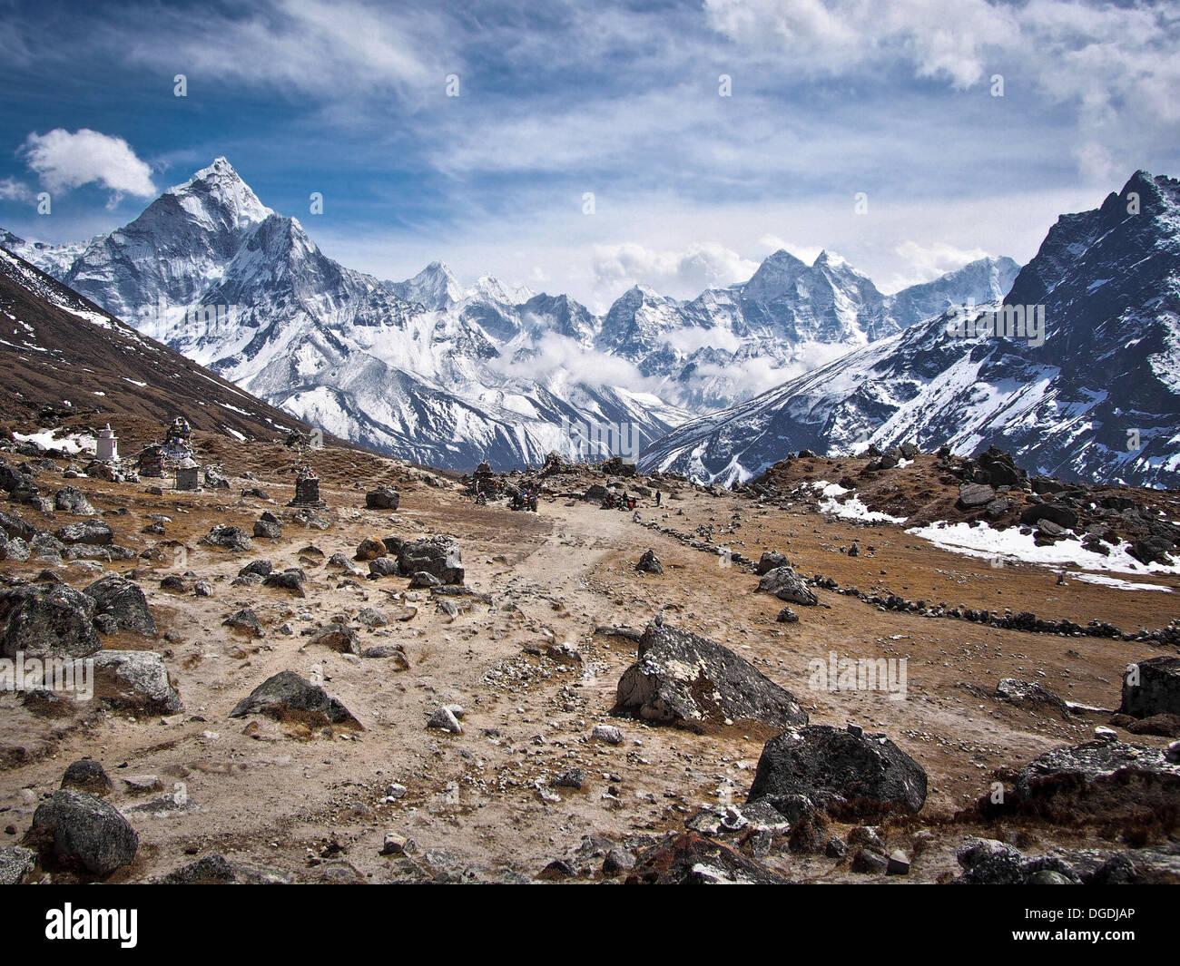 Ama Dablam (sinistra) e altri picchi lungo il Campo Base Everest Trek, Nepal. Immagini Stock