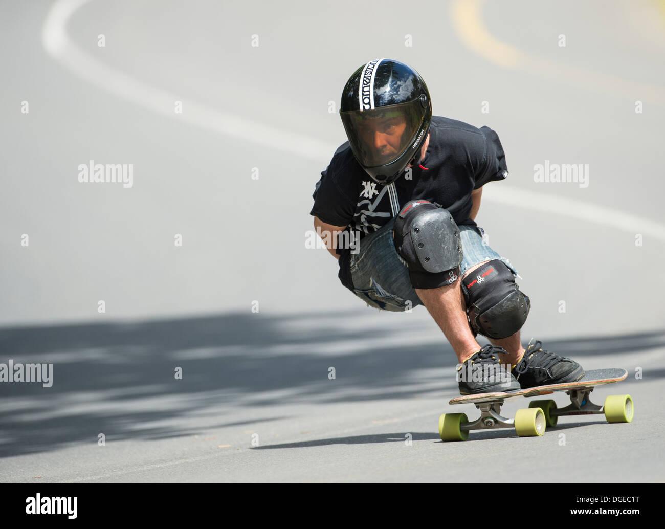 Skateboard longboard formazione in discesa su strada pubblica Immagini Stock