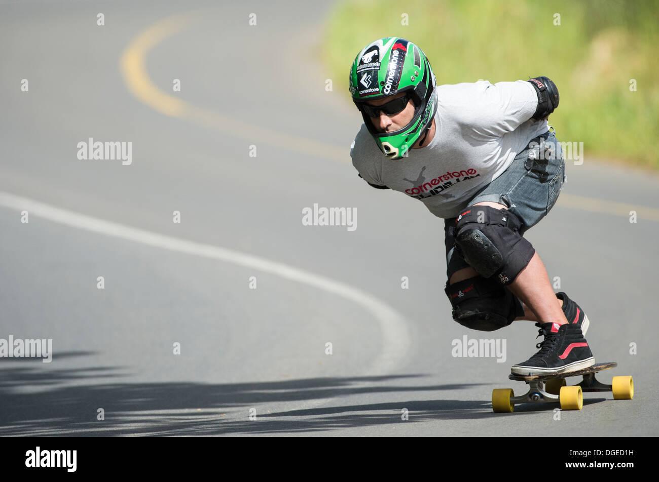 Skateboard longboard formazione uomo in discesa su strada pubblica Immagini Stock