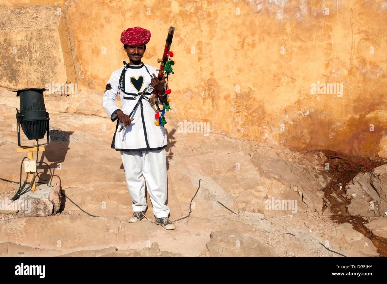 Uomo di Rajasthani che posano con strumento tradizionale fuori Amer Fort, a Jaipur, India Immagini Stock