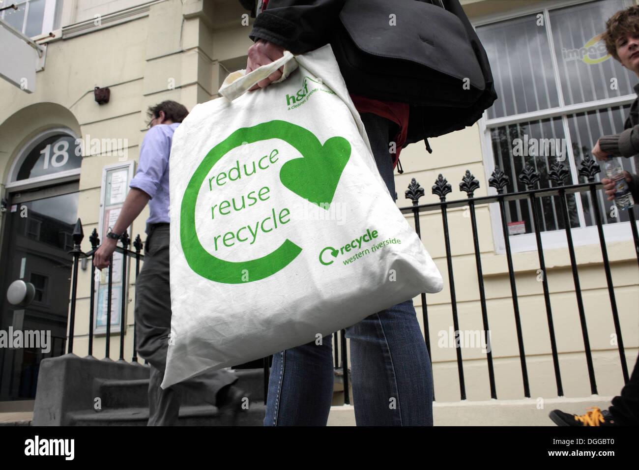 """Non in una borsa di plastica: """"riducono il riutilizzo riciclaggio"""" slogan su una tela di cotone shopping bag. Immagini Stock"""