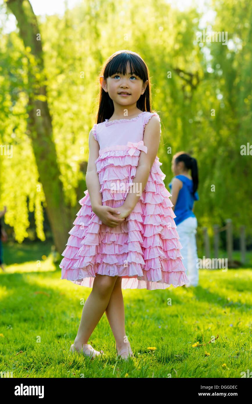 Ragazza indossando frilly abito rosa Immagini Stock