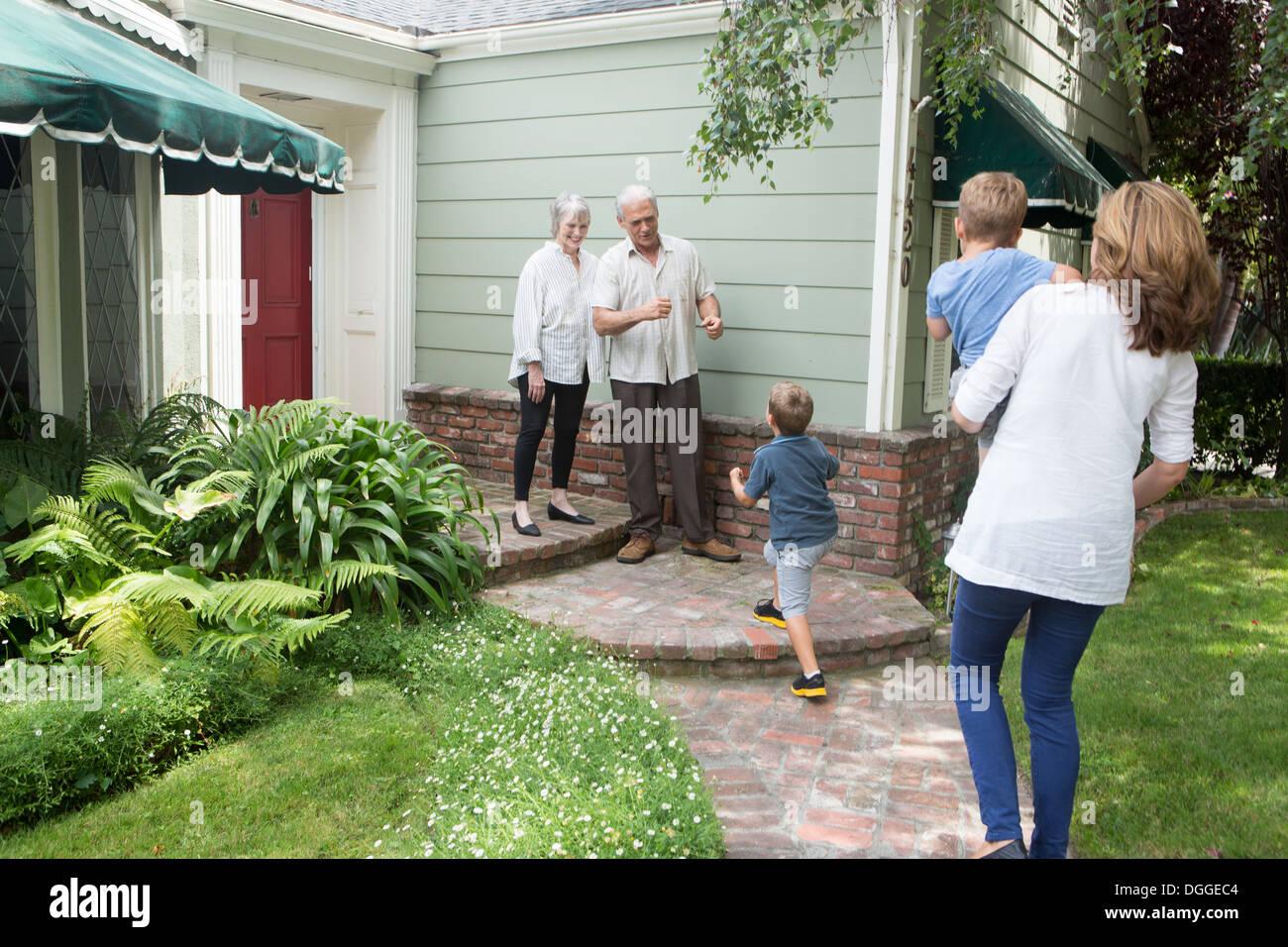 Coppia senior saluto la famiglia a casa Immagini Stock