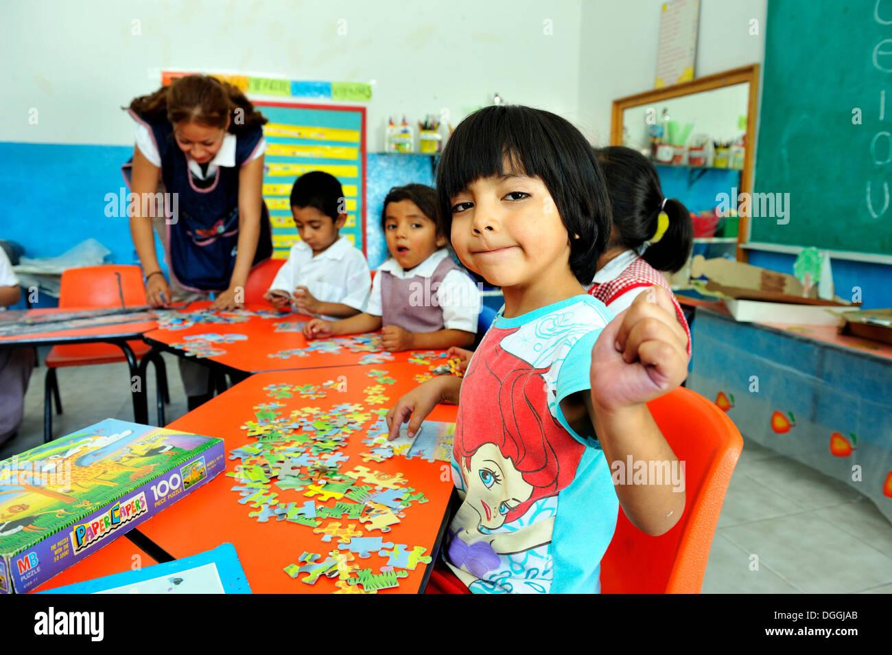Ragazza in età prescolare facendo un puzzle, Queretaro, Messico, America del Nord e America Latina Immagini Stock