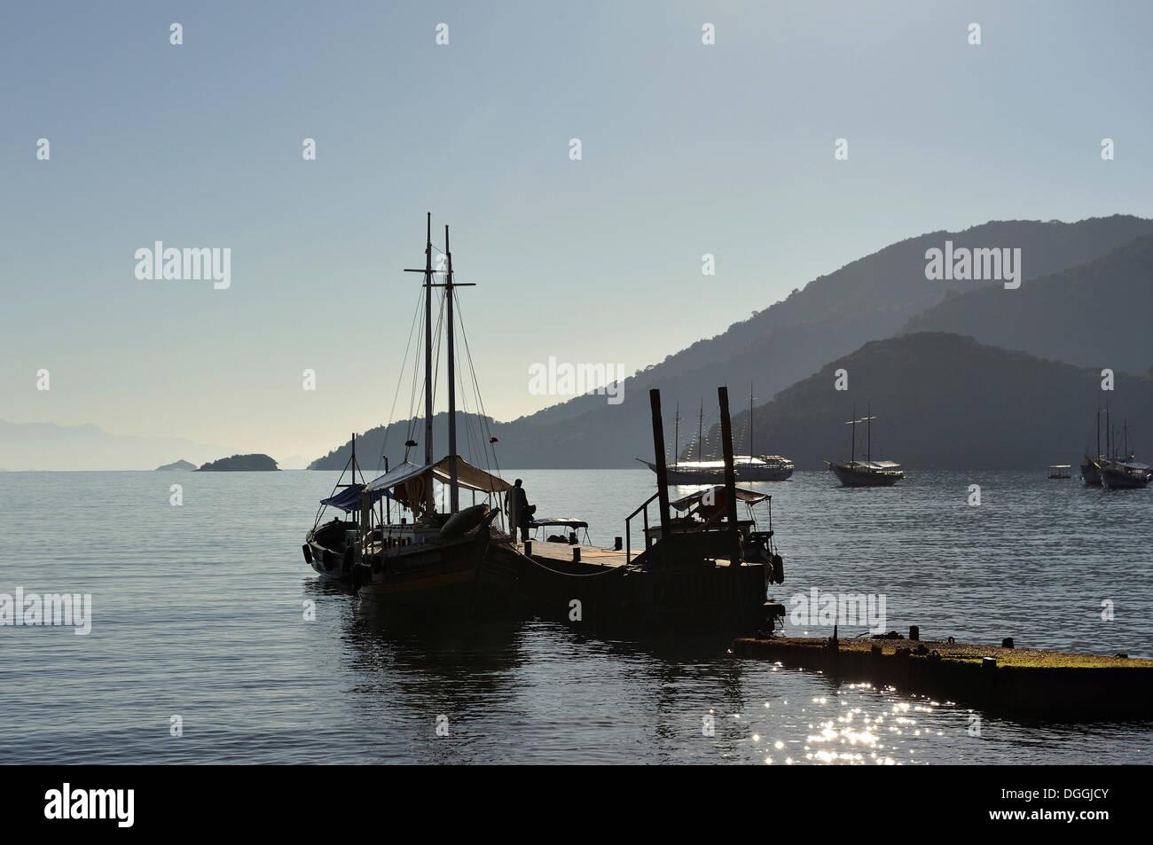 Barche da Pesca nella baia di Abraao, Ilha Grande, stato di Rio de Janeiro, Brasile, Sud America Immagini Stock