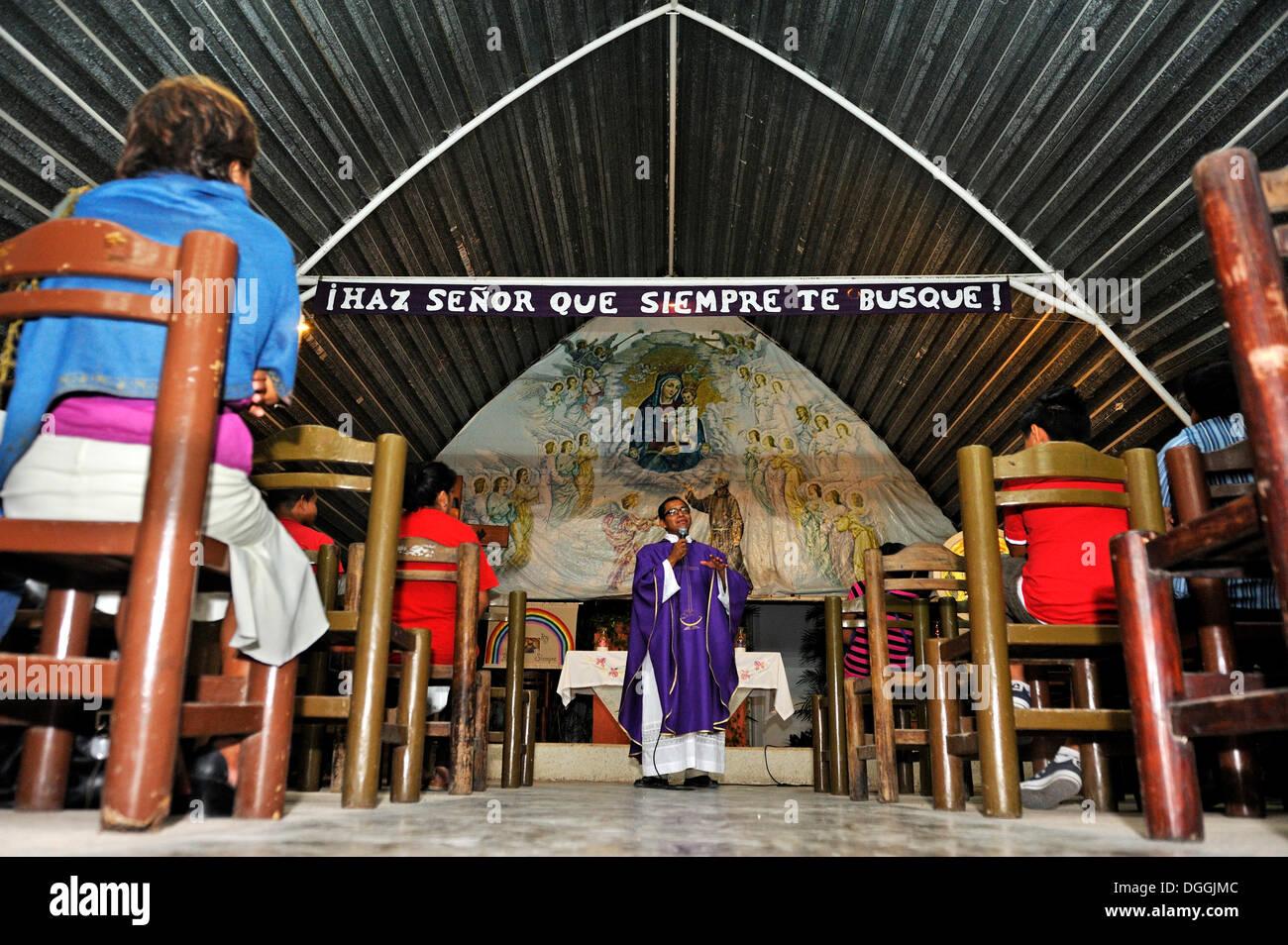 Santa Messa per i poveri nel Santuario del Padre Pio, un ordine dei Cappuccini, predicazione, Cancun, la penisola dello Yucatan, Quintana Roo, Messico Immagini Stock