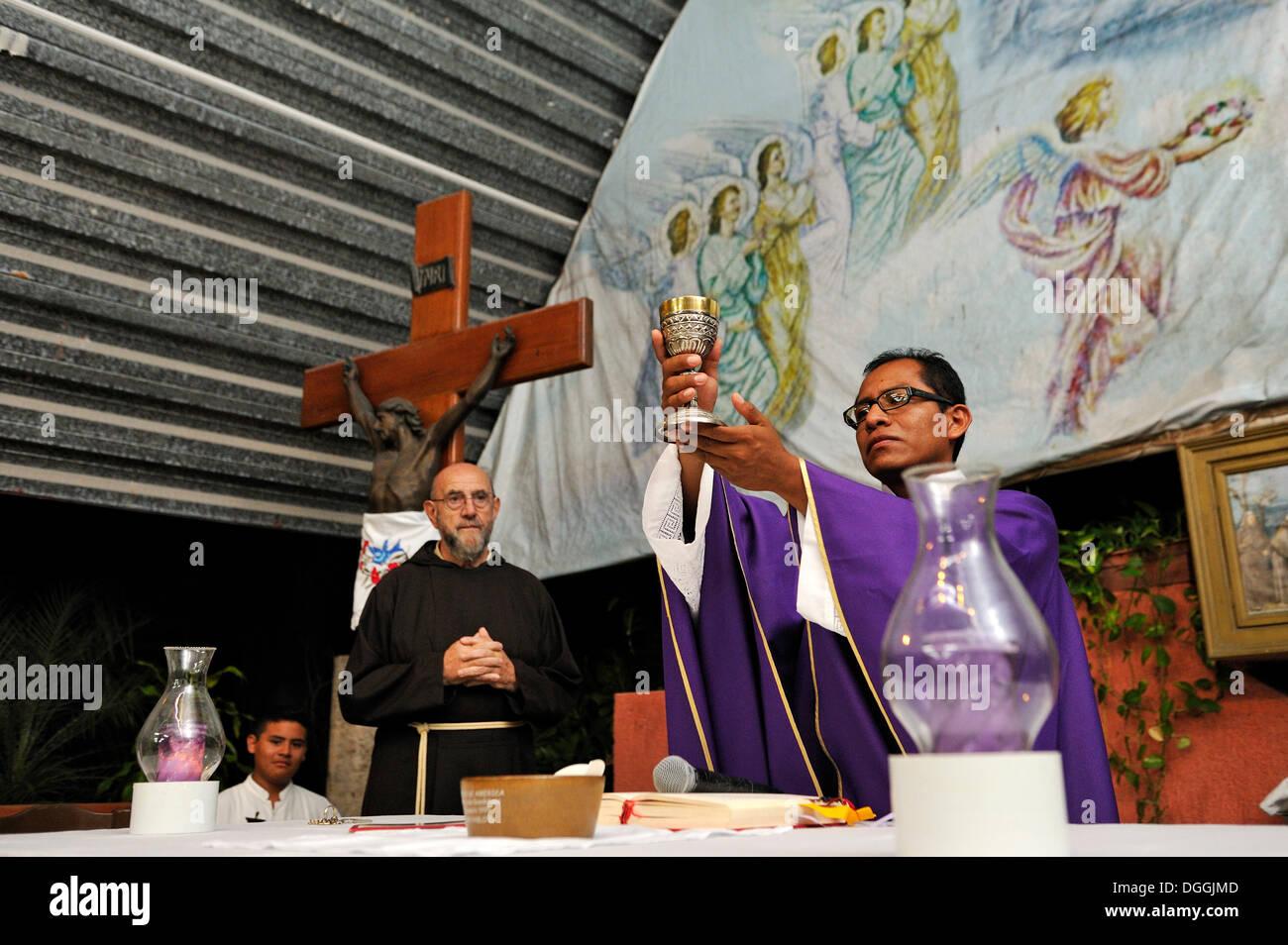 Santa Messa per i poveri nel Santuario del Padre Pio, un ordine dei Cappuccini e la consacrazione, Cancun, la penisola dello Yucatan, Quintana Roo Immagini Stock