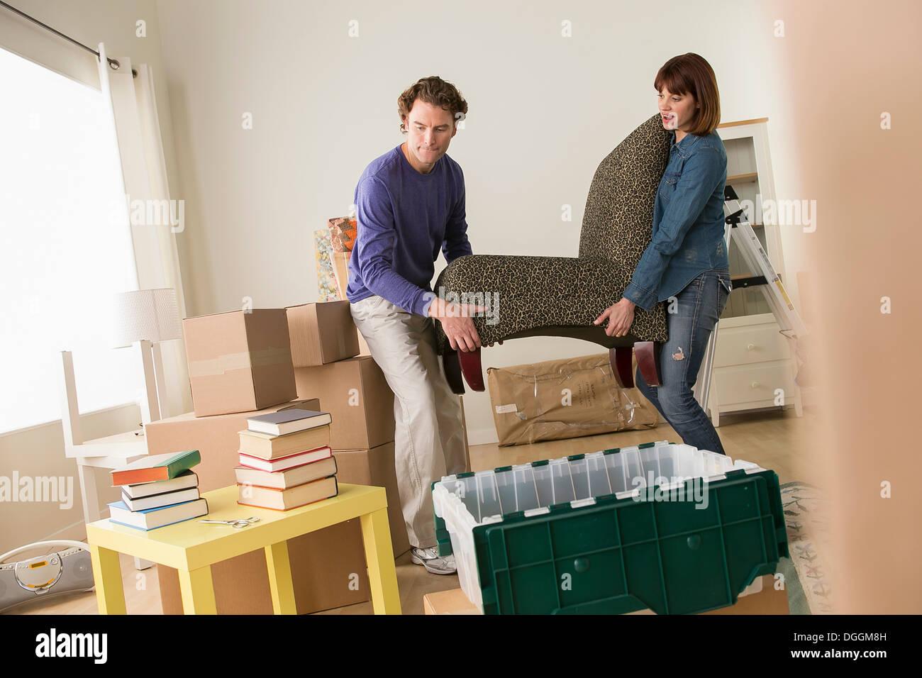 Giovane sedia di sollevamento nella casa di muoversi Immagini Stock