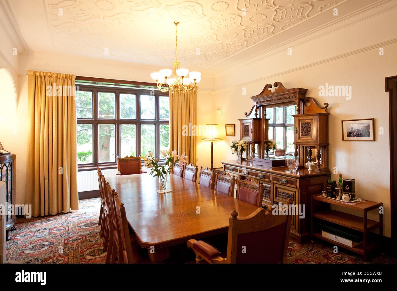 Mobili in legno di quercia tavolo da pranzo di una casa di ...